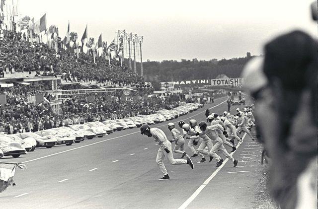 Le Mans'i 24 tunni sõitu alustati sõitjate jooksuga üle raja autodesse. Autode arenedes ja kiiruse kasvades muutus taoline stardiviis järjest ohtlikumaks. Alates 1971. aastast alustatakse võistlust tavalise lendstardiga. Foto: Arhiiv