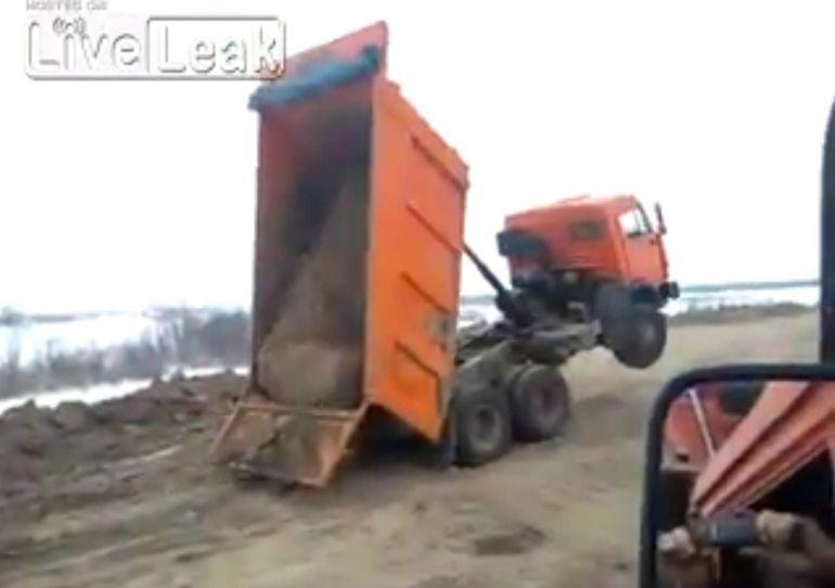 VIDEO: Külmunud koorem teeb kallurijuhi elu keeruliseks